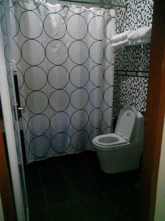 CT Hotel: Big bathroom with bath tub