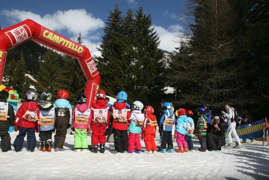 Scuola Italiana Sci e Snowboard Campitello: … tutti in attesa delle premiazioni di fine corso.