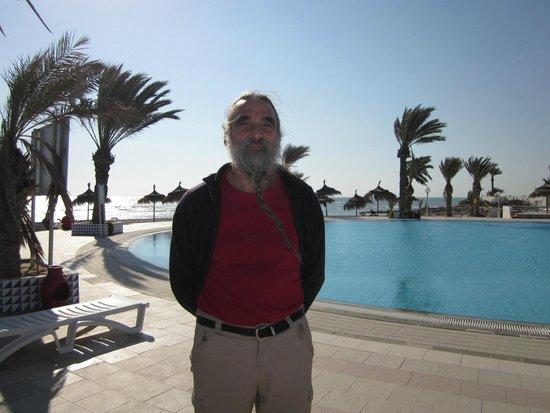 El Mouradi Djerba Menzel: la piscine face à la mer avec un bar très sympa. Bonjour Mohamed et C°