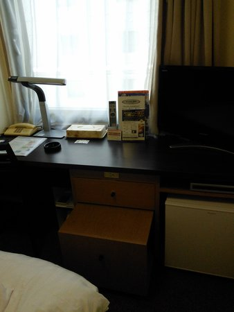 Hotel Wing International Shin-Osaka: デスク周り