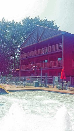 Meadowbrook Resort: Tall tinder lodge and kiddy pool