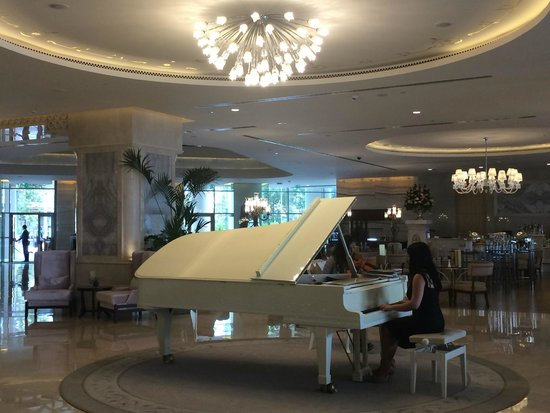 CVK Park Bosphorus Hotel Istanbul: Afternoon music in the lobby