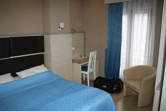 Capital Tirana Hotel: bedroom