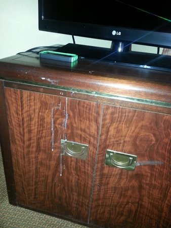 Habitat Suites Hotel: bedroom cabinet wth is that?