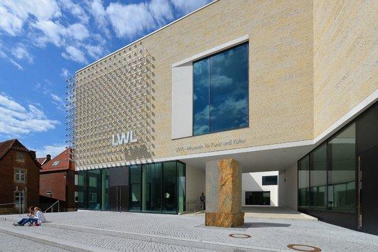 LWL-Museum für Kunst und Kultur: Blick auf die Installation von Otto Piene und die Skulptur von Ulrich Rückriem. Foto: LWL / EDK