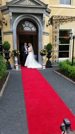 Fitzgerald's Vienna Woods Hotel : At the Wedding Entrance