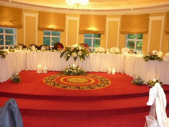 Fitzgerald's Vienna Woods Hotel: Top Table (some of the decorations mine from Church)