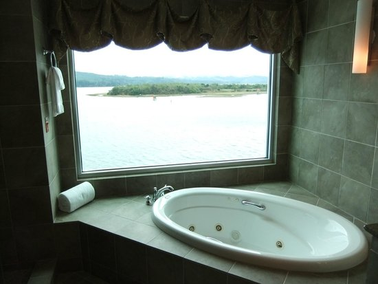 North Bend, OR: Jacuzzi tub for two complete with gorgeous view!