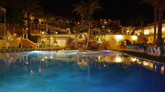 Gran Oasis Resort: Pool area at night
