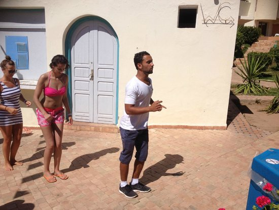 Atlas Almohades Agadir: ali (un animateur) qui fait apprendre la danse