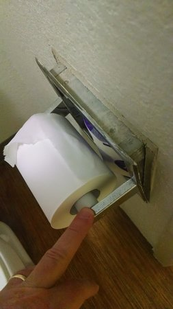 Motel 6 Mount Pleasant: toilet paper roll holder