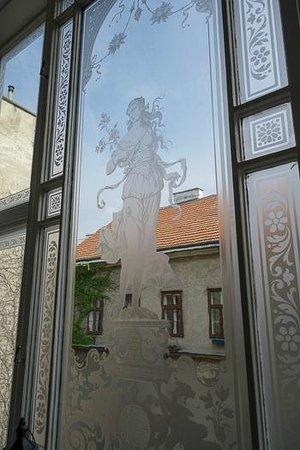 Hotel Kaiserhof Wien: Glasfenster Treppenhaus