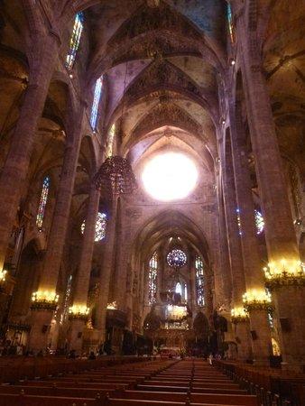 Palma Catedral Le Seu: Interno con vetrate