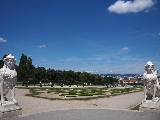 Belvedere Palace Museum : 庭園の向こうにはウィーンの街並みが見えます
