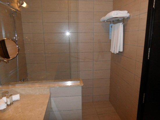 Jaz Fanara Resort & Residence: shower