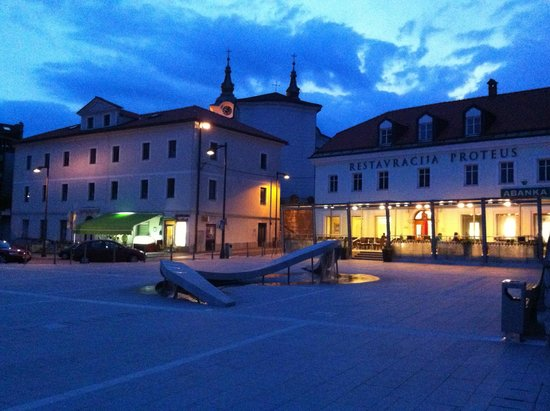 Postojna Cave Rooms & Apartments Proteus : Vista esterna del ristorante/albergo sulla piazza antistante.
