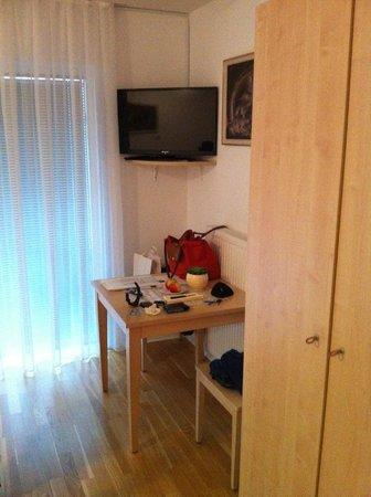 Postojna Cave Rooms & Apartments Proteus : Camera, angolo tv e tavolino.