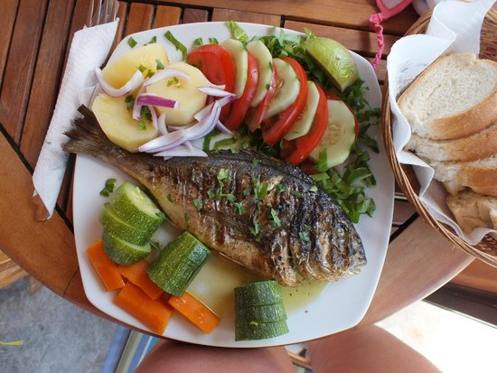 Belle Helene Hotel: pesce servito in piscina