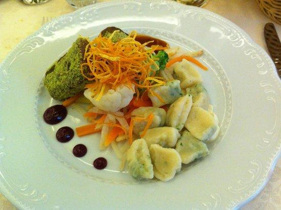 Postojna Cave Rooms & Apartments Proteus : Piatto tipico sloveno servito al ristorante, sella di capriolo con gnocchi e verdure.