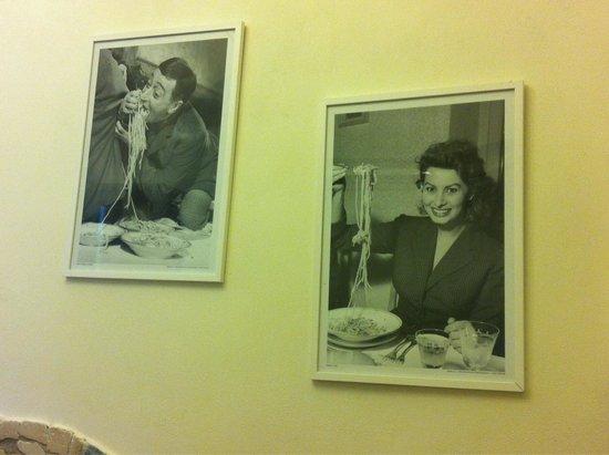 La Taverna di Pulcinella : Alcune foto poste sulla parete.
