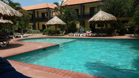 Perle d'Or: Binnenplaats met zwembad