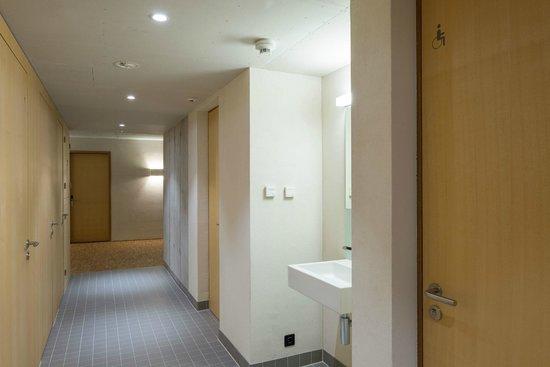 Gstaad Saanenland Youth Hostel: Waschraum
