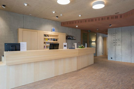 Gstaad Saanenland Youth Hostel: Empfang