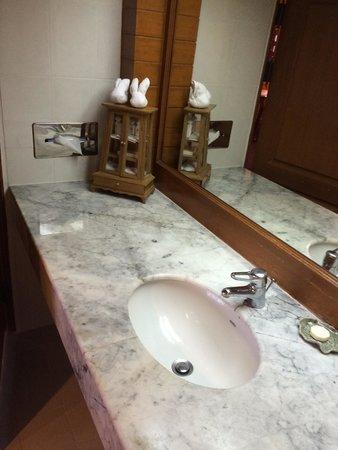 Lotus Hotel Pang Suan Kaew : 洗面台