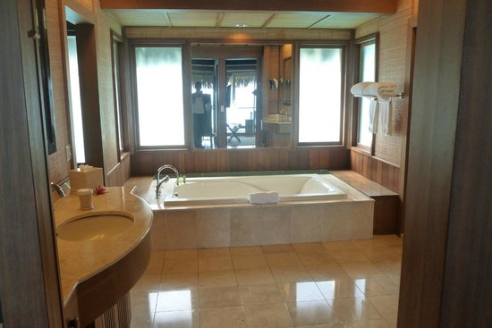 Hilton Bora Bora Nui Resort & Spa : Bungalow bathroom