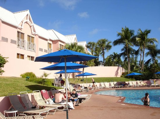 Comfort Suites Paradise Island: Lovely pool next outdoor dining tables and chairs