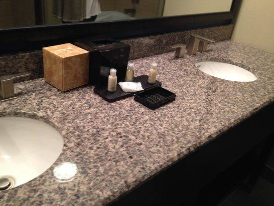 Cypress Bayou Casino Hotel : double sink in bath.
