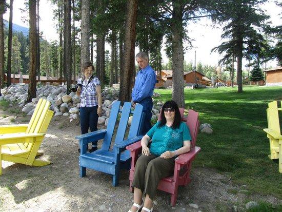 Becker's Roaring River Chalets: Stühle direkt am Fluss