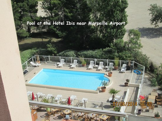 Ibis Marseille Provence Aeroport: Pool at the Hotel Ibis, Marseille airport