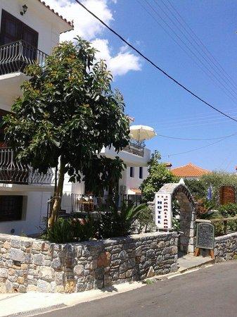 Paraliako Hotel: Παραλιακό ξενοδοχείο στο πανέμορφο Κυπαρίσσι