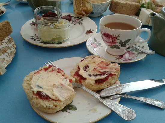 Elsie Harrhy Coffee House: Lovely scones served with tea
