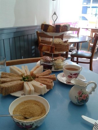 Elsie Harrhy Coffee House: Generous portions of sandwiches and cakes