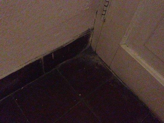 Hotel Inglaterra : Floor/door corner