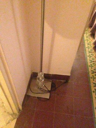 Hotel Inglaterra: Dust and dirt covered floors