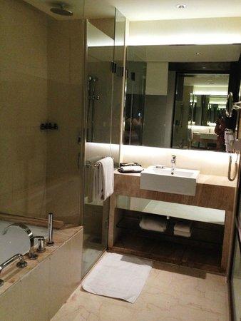 โฮเต็ลรอยัลออร์คิด,ไจเพอร์: Bathroom