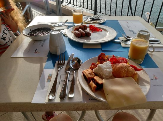 Marina Hotel Corinthia Beach Resort : Breakfast