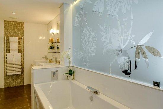 Protea Hotel by Marriott Knysna Quays: Suite Main Bathroom