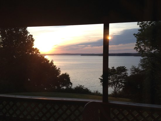 Buzzard Rock Resort : Sunrise over Lake Barkley as seen from the deck of our Resort Room