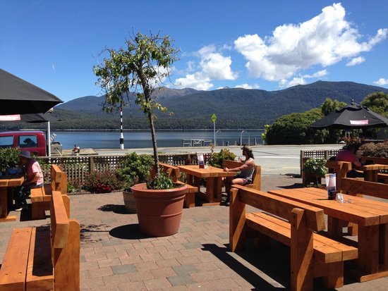 The Moose Bar & Restaurant: Beautiful lakeside setting