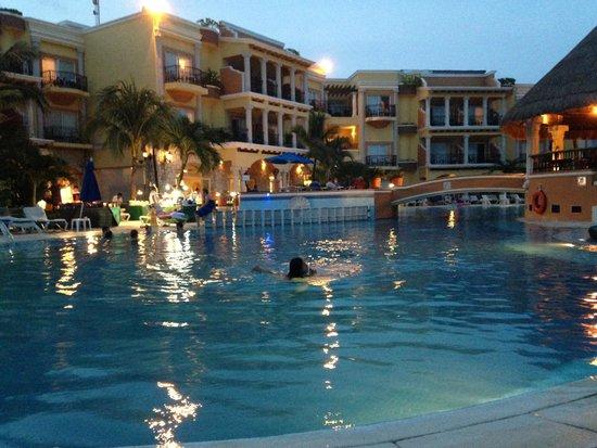 Gran Porto Resort: Piscina ao entardecer