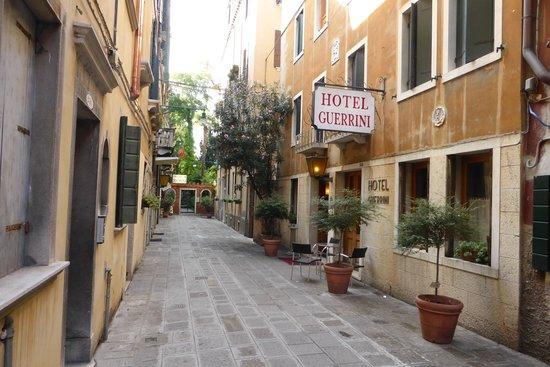 Hotel Guerrini : Petite allée où se situe l'hôtel