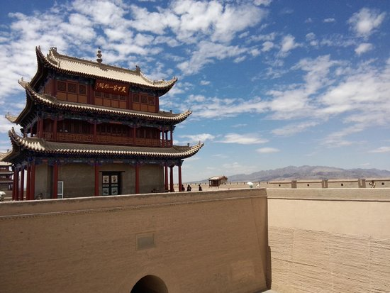 Jiayuguan Fortress: The sky was a beautiful blue and white that day!