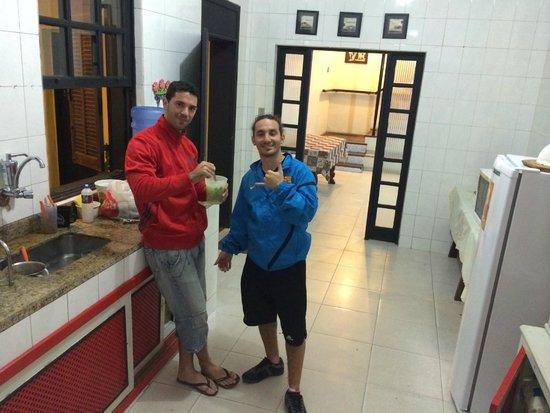 Buena Vista Hostel: En la cocina con los chicos preparando una caipirinha