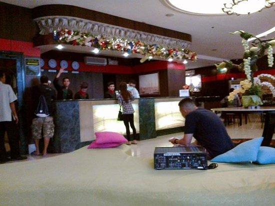 Eurotel Makati Hotel: Front Desk