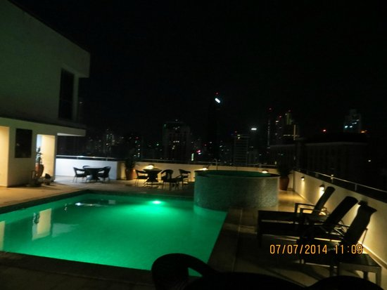 Tryp by Wyndham Panama Centro: Pool/city view at night
