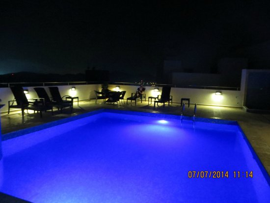 Tryp by Wyndham Panama Centro: Pool at night with city view